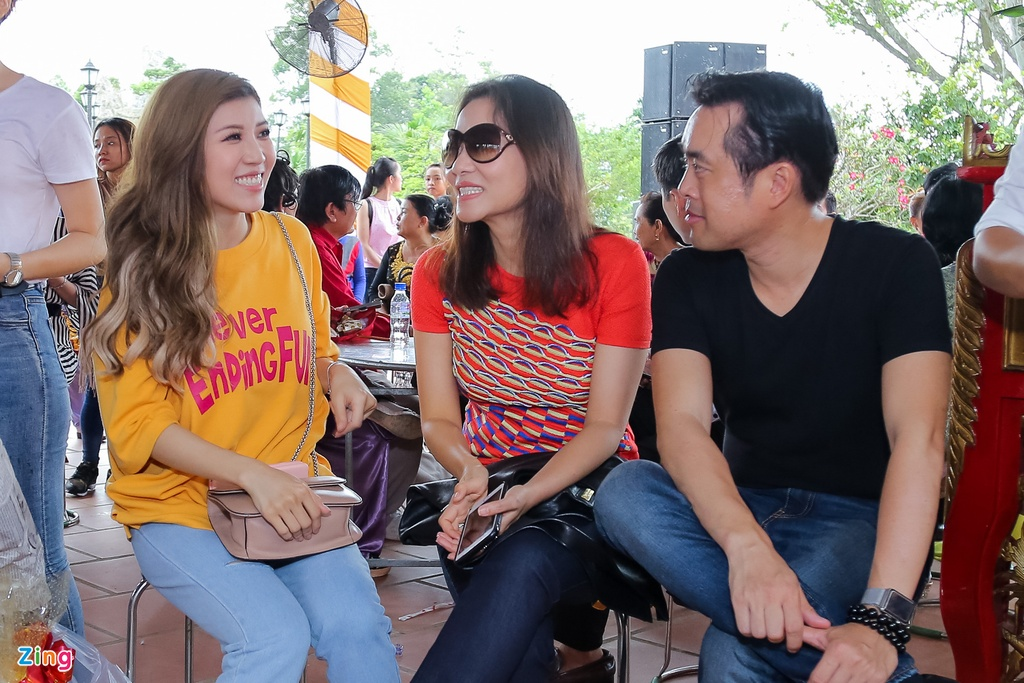 Tran Thanh va dan sao Viet tap nap cung To tai den tho cua Hoai Linh hinh anh 13