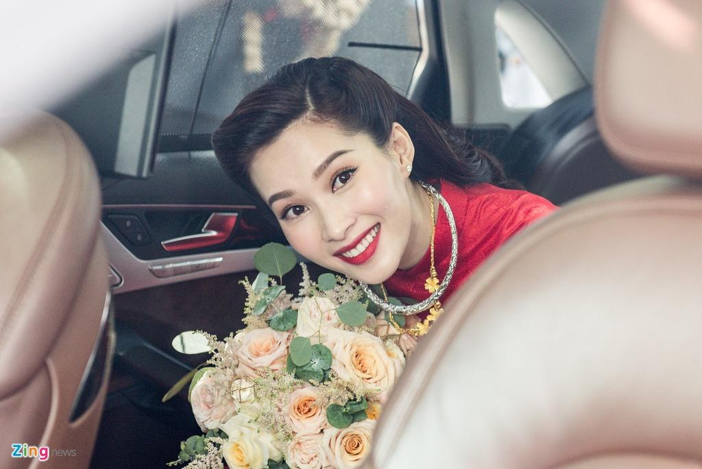 Hoa hau Dang Thu Thao rang ngoi ben chong dai gia trong le ruoc dau hinh anh 8
