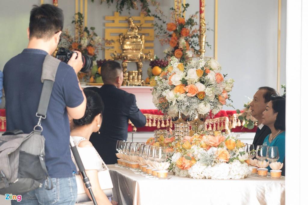 Hoa hau Dang Thu Thao rang ngoi ben chong dai gia trong le ruoc dau hinh anh 6