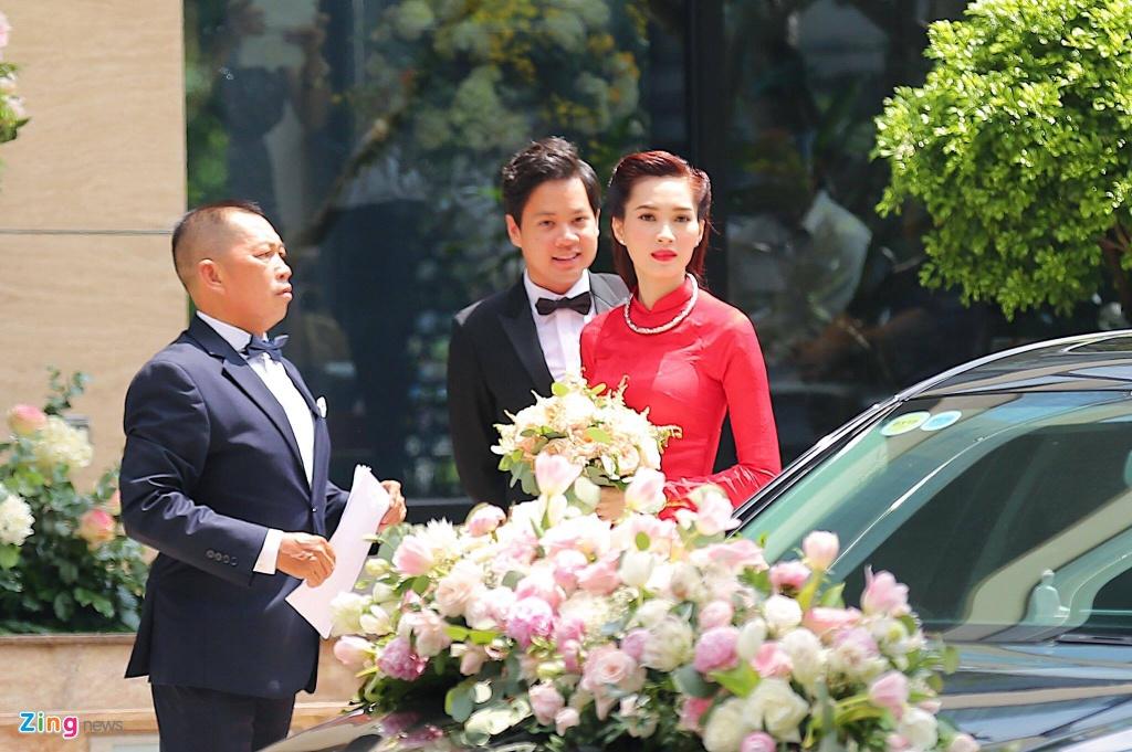 Hoa hau Dang Thu Thao rang ngoi ben chong dai gia trong le ruoc dau hinh anh 9