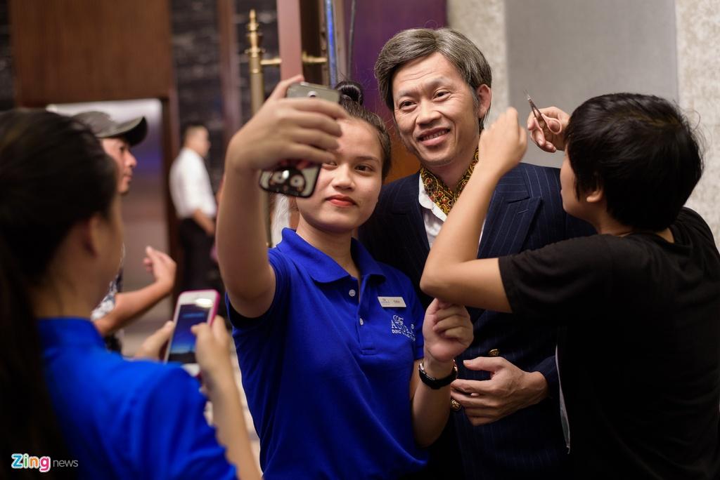 Mot ngay cua Hoai Linh tren phim truong anh 9