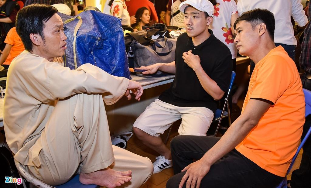 Hoai Linh lai an voi trong hau truong san khau kich chieu mung Mot Tet hinh anh 1