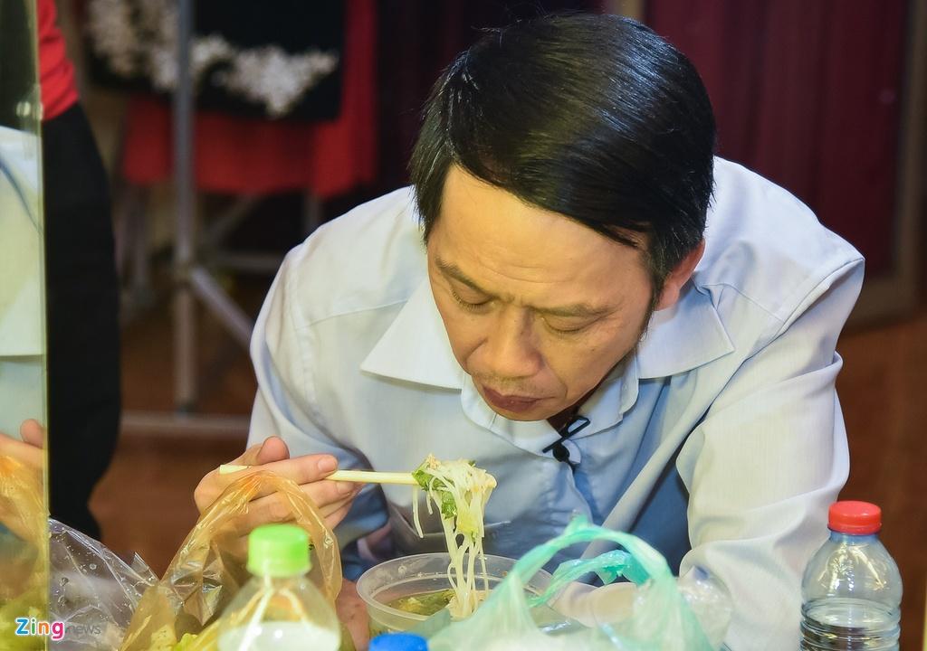 Hoai Linh lai an voi trong hau truong san khau kich chieu mung Mot Tet hinh anh 5