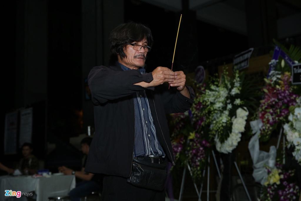 Phi Nhung, Quyen Linh den vieng nghe si Thanh Hoang luc dem muon hinh anh 4