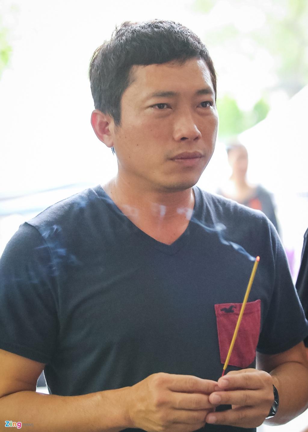 Phi Nhung, Quyen Linh den vieng nghe si Thanh Hoang luc dem muon hinh anh 14