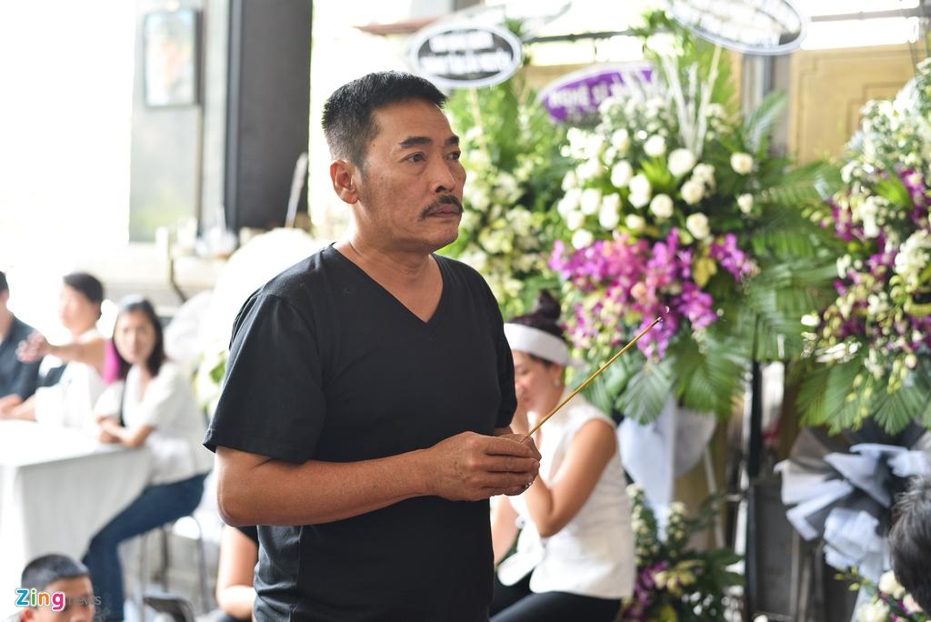 Con trai NSUT Thanh Hoang oa khoc khi ve nuoc chiu tang cha hinh anh 14