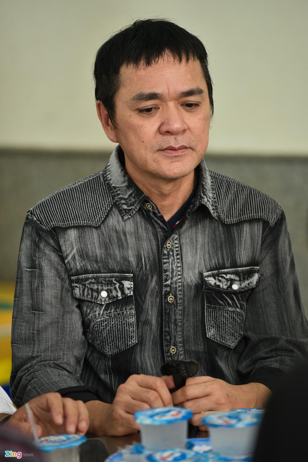 Con trai NSUT Thanh Hoang oa khoc khi ve nuoc chiu tang cha hinh anh 15