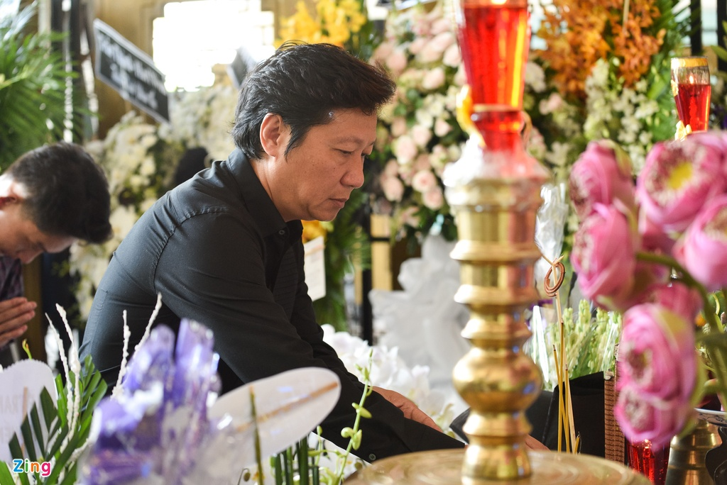 Con trai NSUT Thanh Hoang oa khoc khi ve nuoc chiu tang cha hinh anh 12