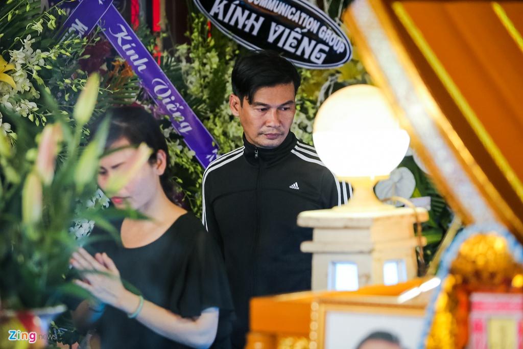 Phi Nhung, Quyen Linh den vieng nghe si Thanh Hoang luc dem muon hinh anh 15