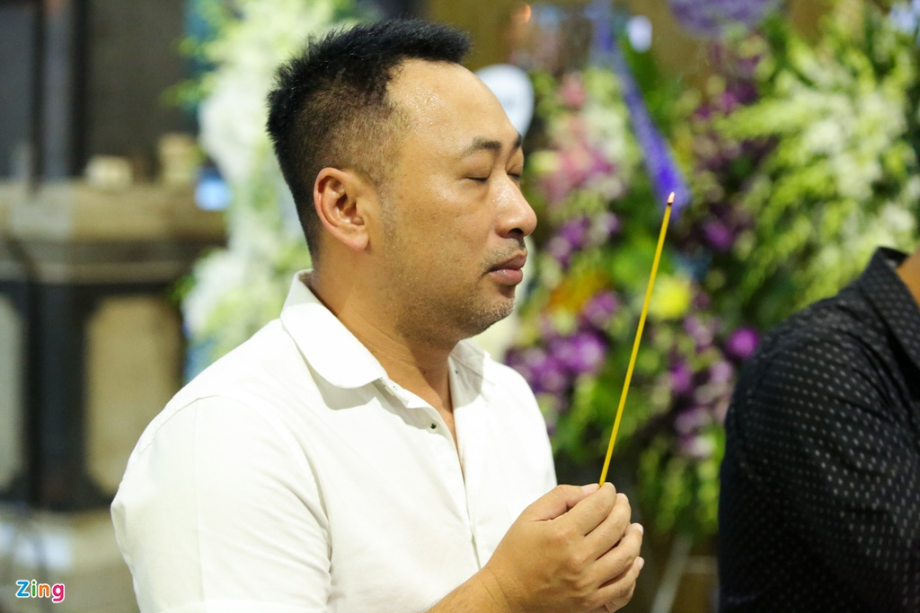 Phi Nhung, Quyen Linh den vieng nghe si Thanh Hoang luc dem muon hinh anh 12