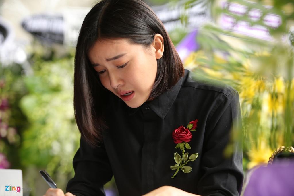 Phi Nhung, Quyen Linh den vieng nghe si Thanh Hoang luc dem muon hinh anh 17