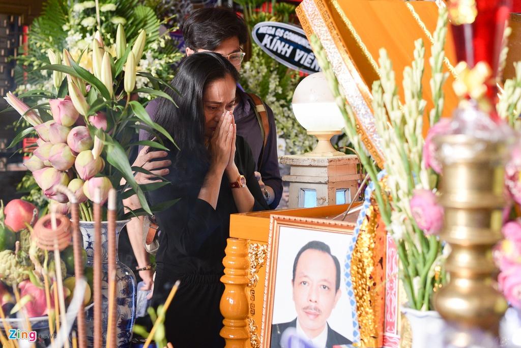 Con trai NSUT Thanh Hoang oa khoc khi ve nuoc chiu tang cha hinh anh 11