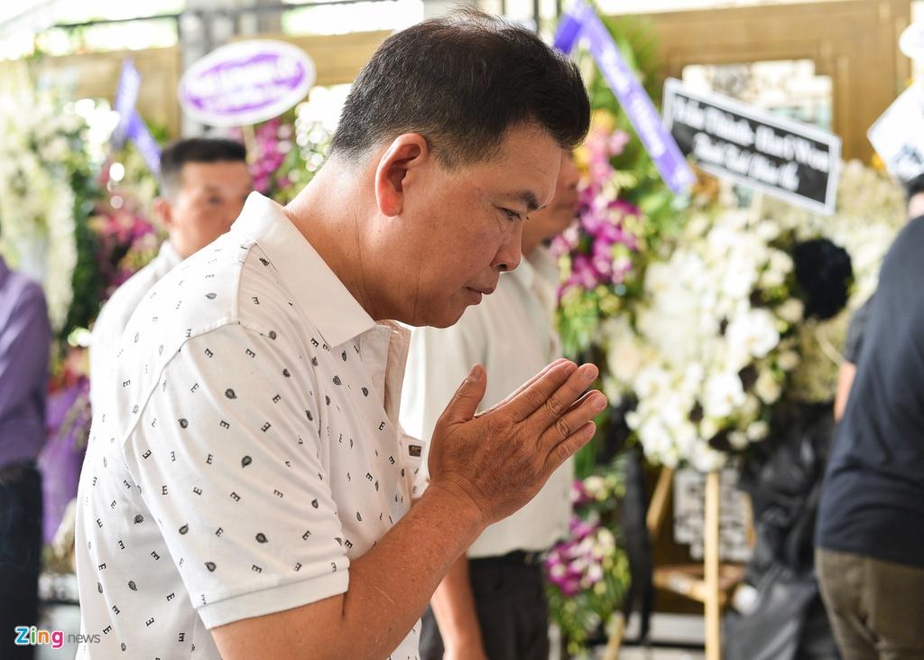 Con trai NSUT Thanh Hoang oa khoc khi ve nuoc chiu tang cha hinh anh 10