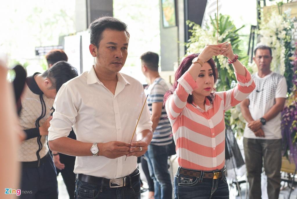 Con trai NSUT Thanh Hoang oa khoc khi ve nuoc chiu tang cha hinh anh 8