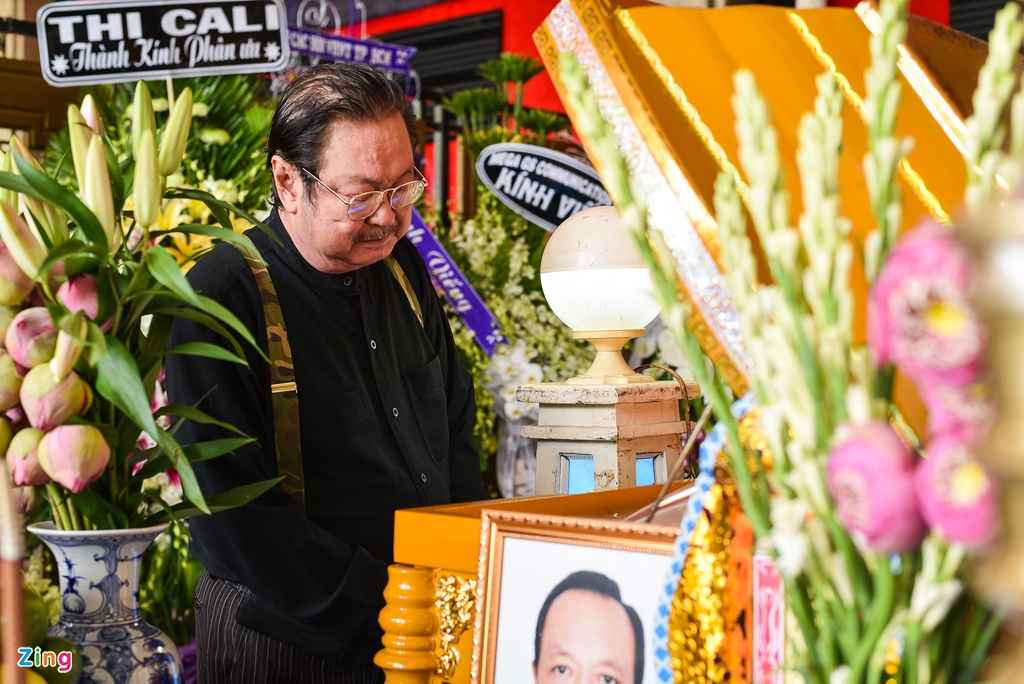 Con trai NSUT Thanh Hoang oa khoc khi ve nuoc chiu tang cha hinh anh 7