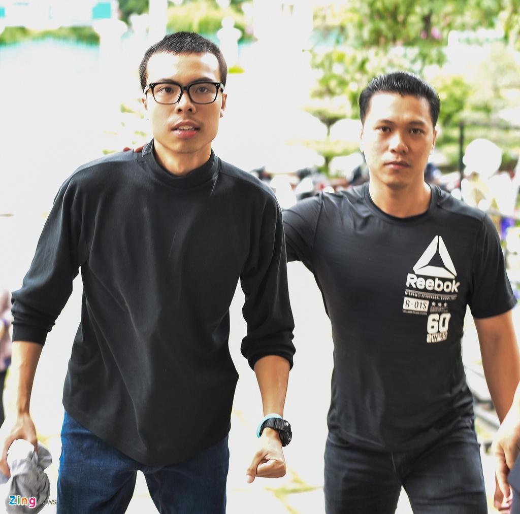 Con trai NSUT Thanh Hoang oa khoc khi ve nuoc chiu tang cha hinh anh 1
