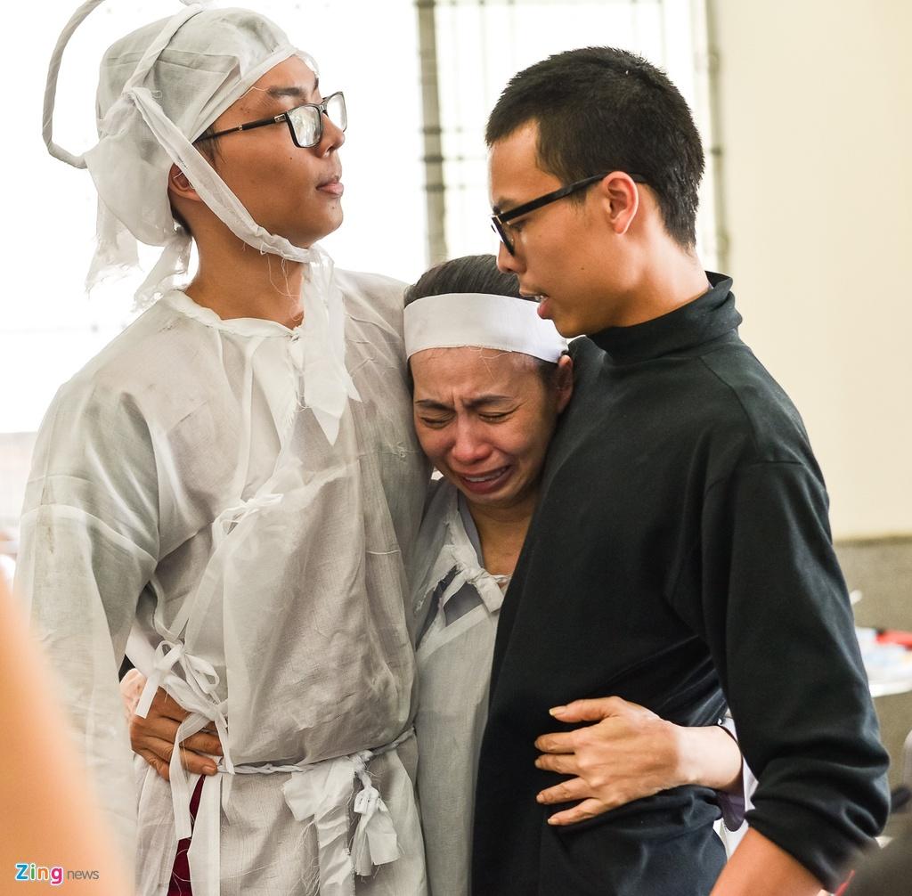 Con trai NSUT Thanh Hoang oa khoc khi ve nuoc chiu tang cha hinh anh 2