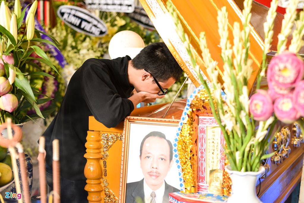 Con trai NSUT Thanh Hoang oa khoc khi ve nuoc chiu tang cha hinh anh 3
