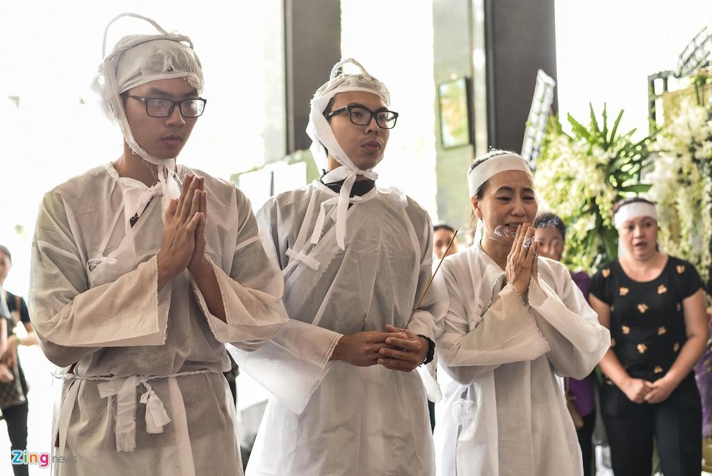 Con trai NSUT Thanh Hoang oa khoc khi ve nuoc chiu tang cha hinh anh 4