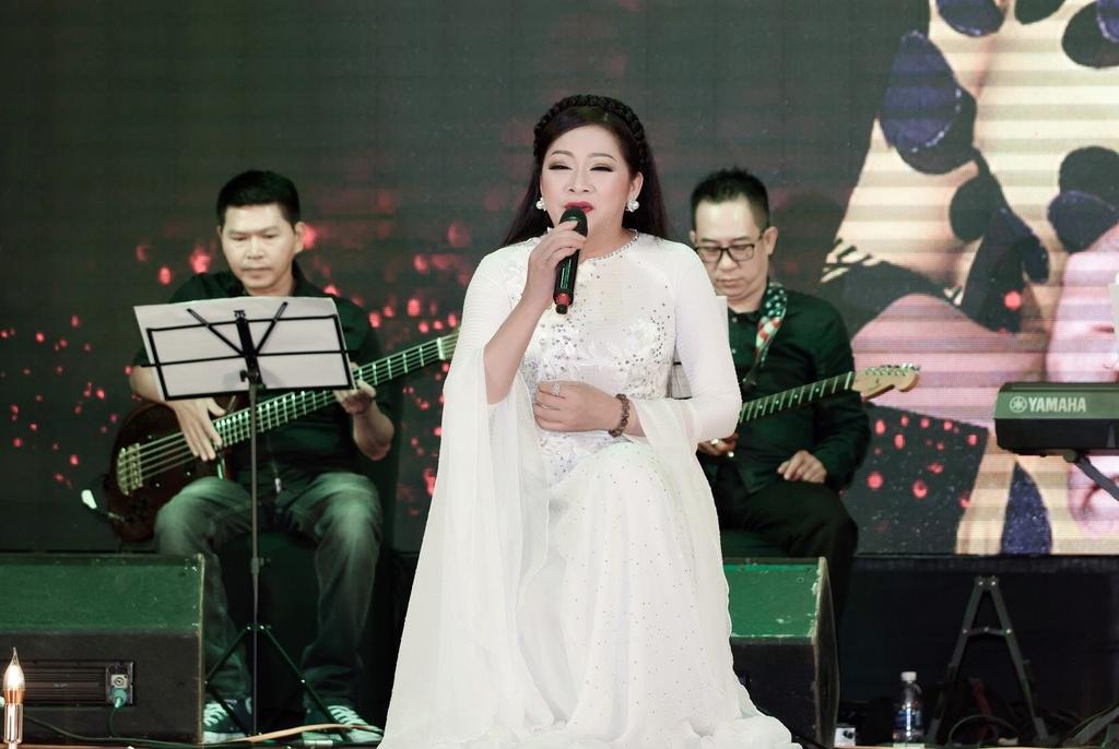 Nhu Quynh hat tan co trong show o Da Nang anh 3