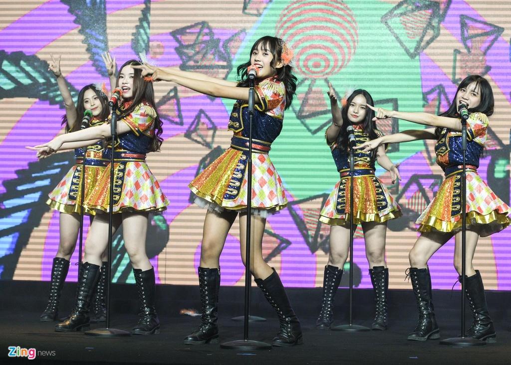 Nhóm nhạc đông thành viên nhất Việt Nam ra mắt sản phẩm đầu tay