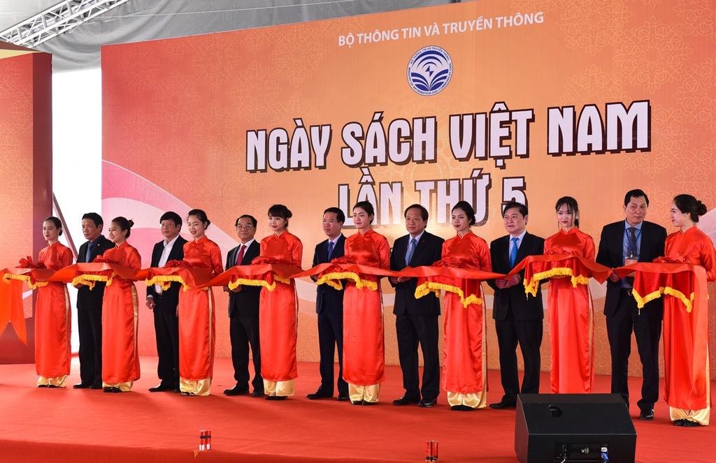 Hang nghin nguoi du le khai mac Ngay sach Viet Nam lan thu 5 hinh anh 1