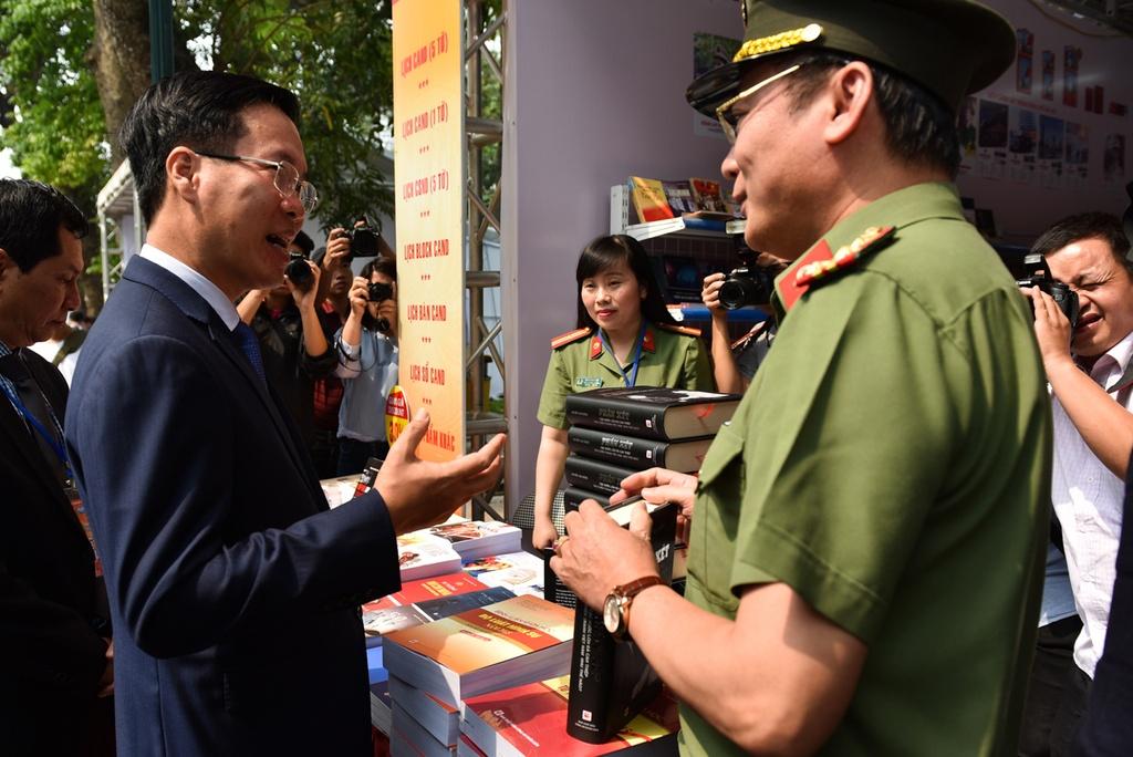 Hang nghin nguoi du le khai mac Ngay sach Viet Nam lan thu 5 hinh anh 4