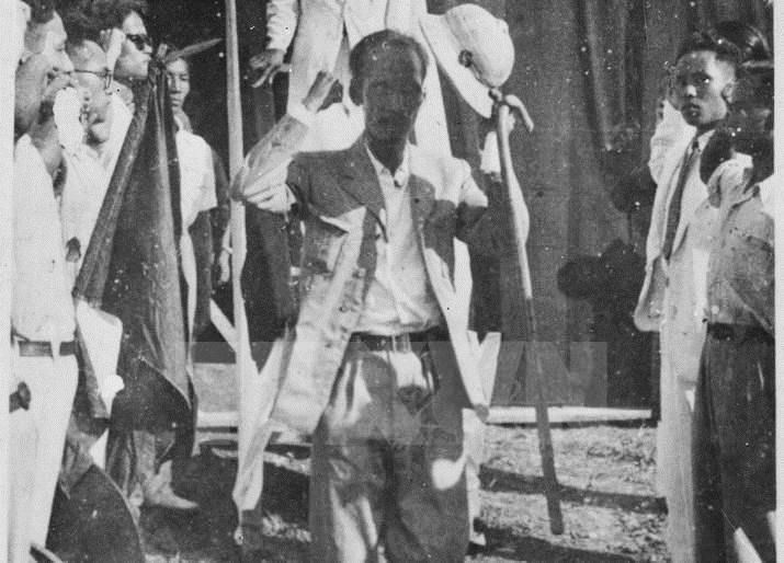 Trang phuc Bac Ho trong ngay Doc lap 1945 hinh anh 2