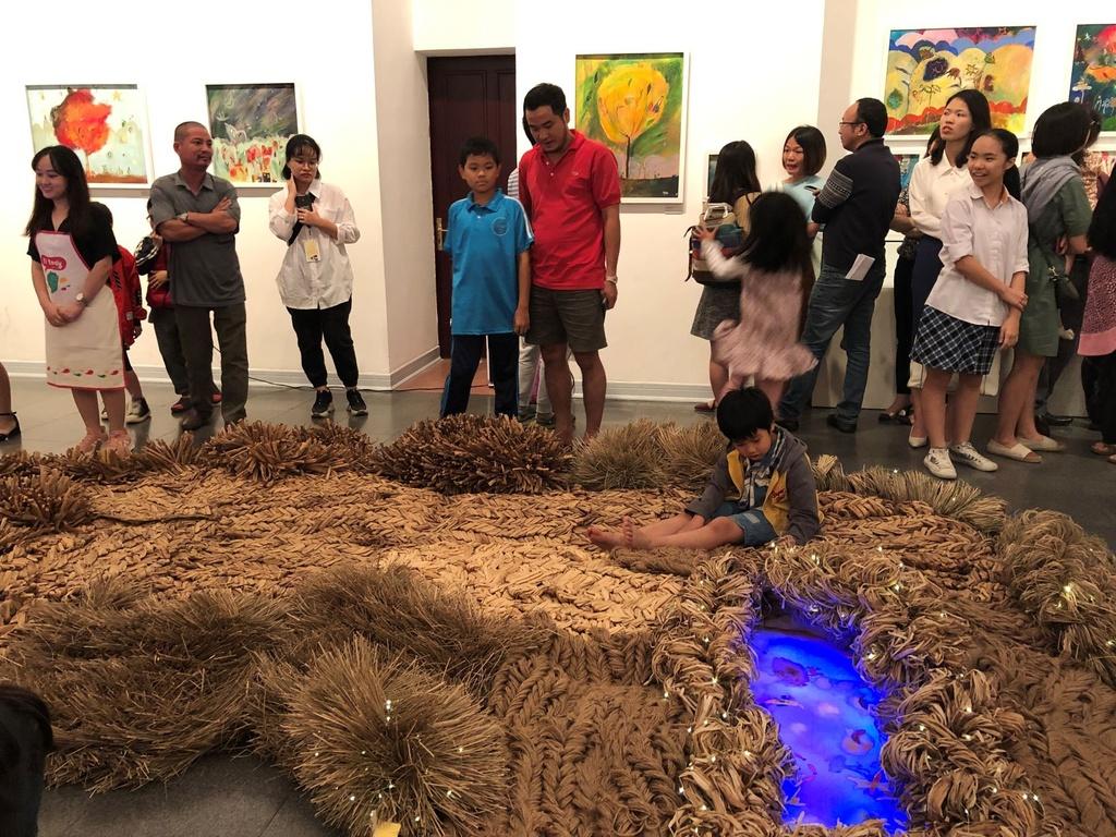 The gioi bay bong trong tranh co be 11 tuoi o Quang Binh hinh anh 12