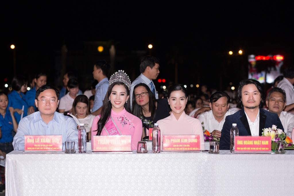 Hoa hau Tieu Vy trao qua Trung thu cho tre em kho khan o Quang Nam hinh anh 1