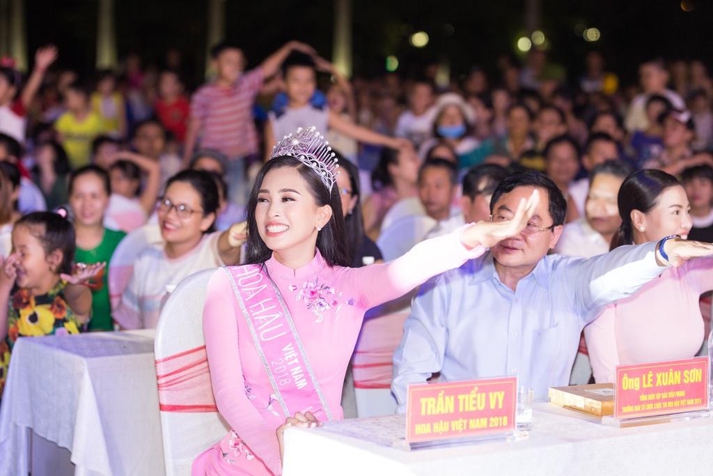 Hoa hau Tieu Vy trao qua Trung thu cho tre em kho khan o Quang Nam hinh anh 9