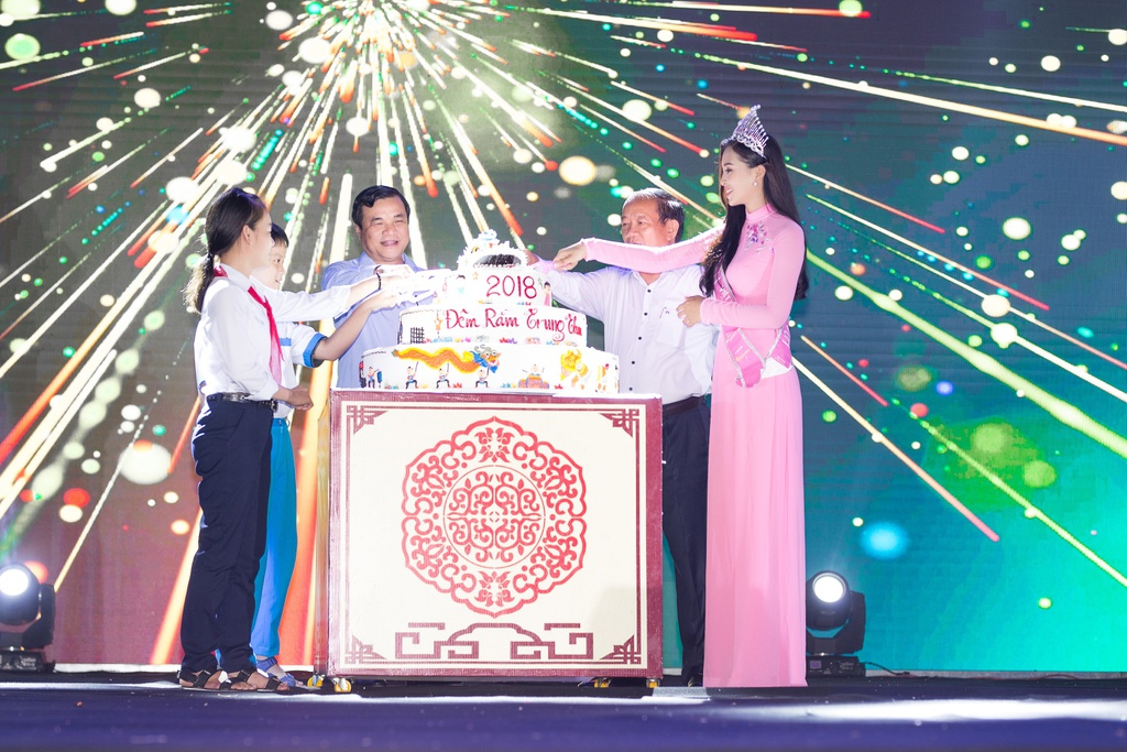 Hoa hau Tieu Vy trao qua Trung thu cho tre em kho khan o Quang Nam hinh anh 11