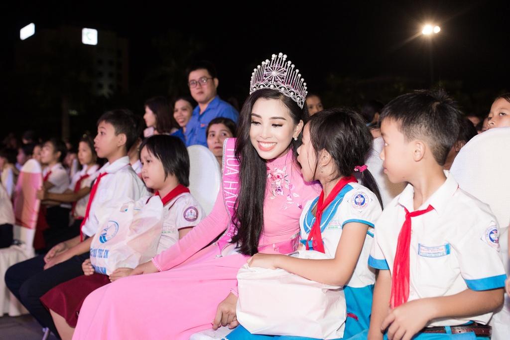 Hoa hau Tieu Vy trao qua Trung thu cho tre em kho khan o Quang Nam hinh anh 12