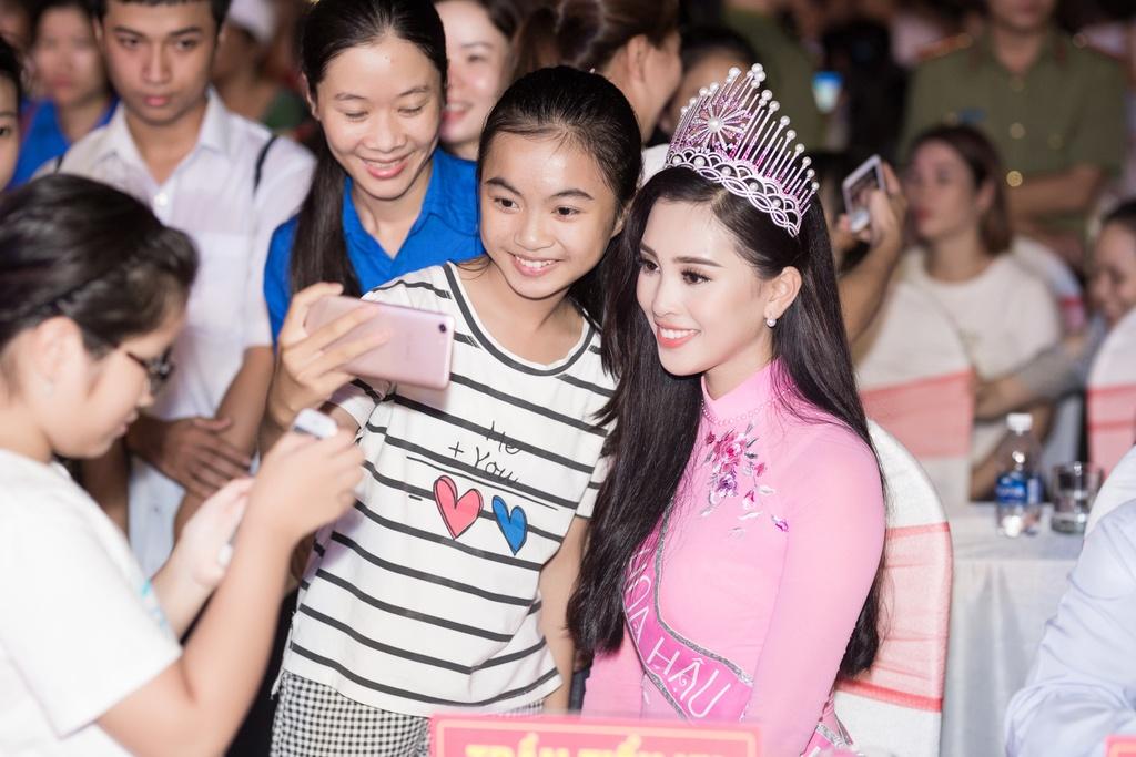 Hoa hau Tieu Vy trao qua Trung thu cho tre em kho khan o Quang Nam hinh anh 13