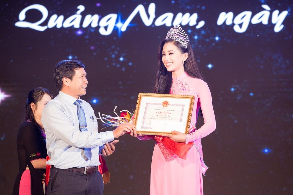 Hoa hau Tieu Vy trao qua Trung thu cho tre em kho khan o Quang Nam hinh anh 2