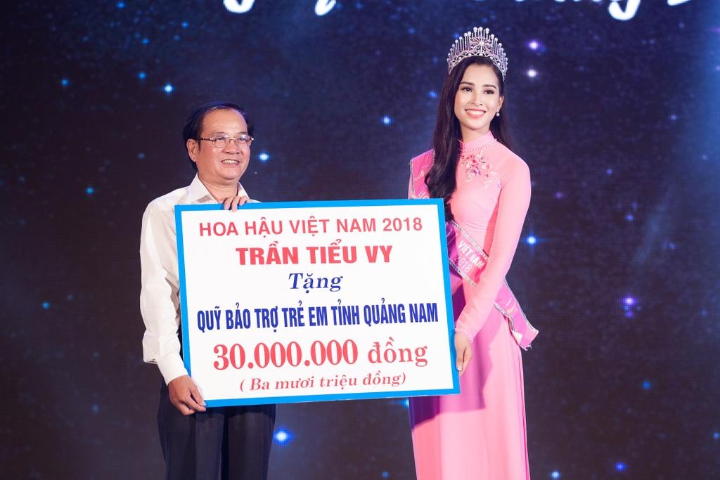 Hoa hau Tieu Vy trao qua Trung thu cho tre em kho khan o Quang Nam hinh anh 3
