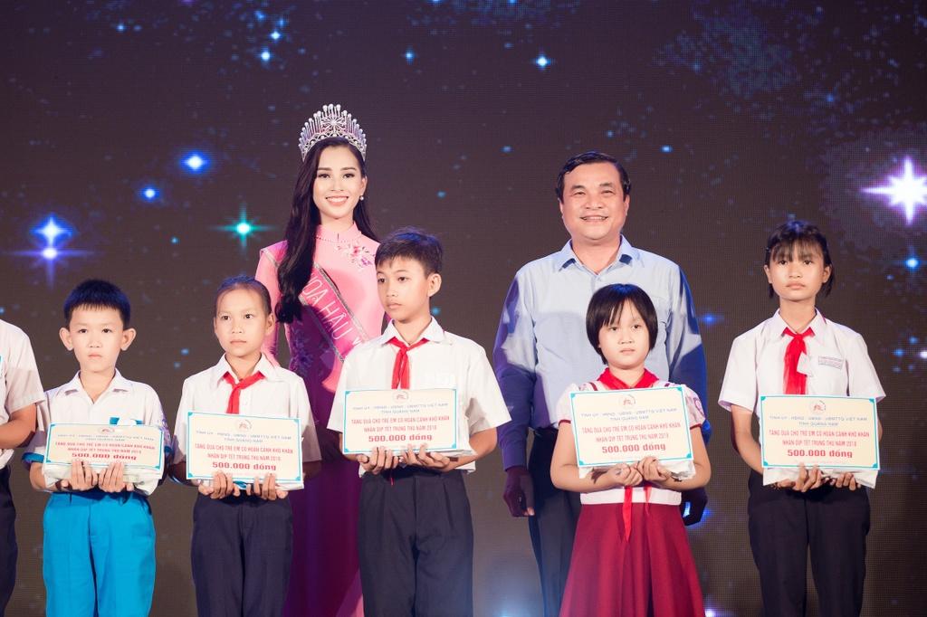 Hoa hau Tieu Vy trao qua Trung thu cho tre em kho khan o Quang Nam hinh anh 4