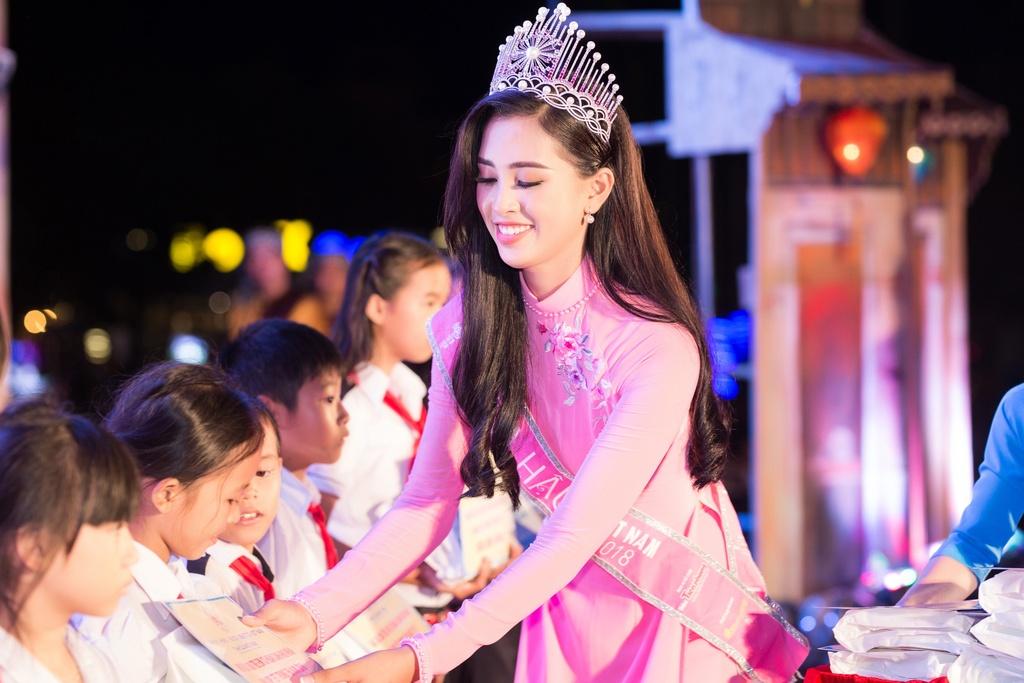Hoa hau Tieu Vy trao qua Trung thu cho tre em kho khan o Quang Nam hinh anh 5
