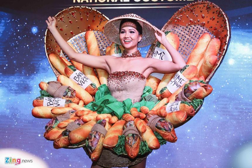 Trang phuc dan toc banh mi cua H'Hen Nie co xung dai dien Viet Nam? hinh anh 1