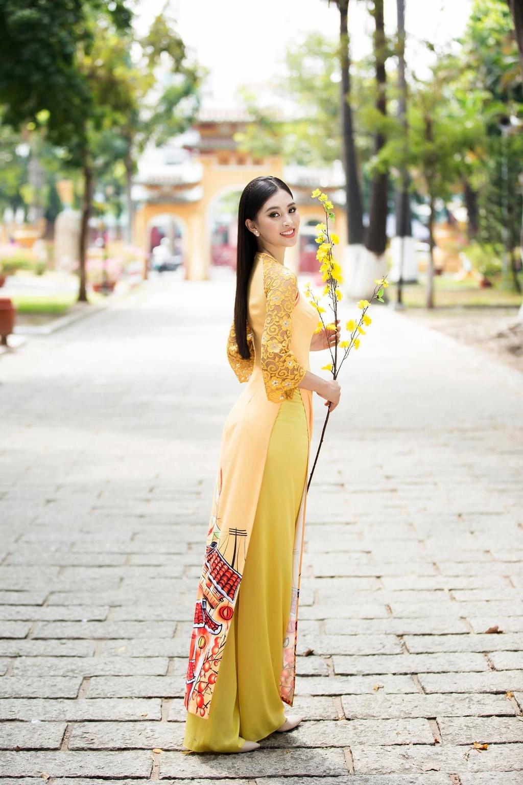 Dan my nhan Viet dong loat dien ao dai don Tet hinh anh 3