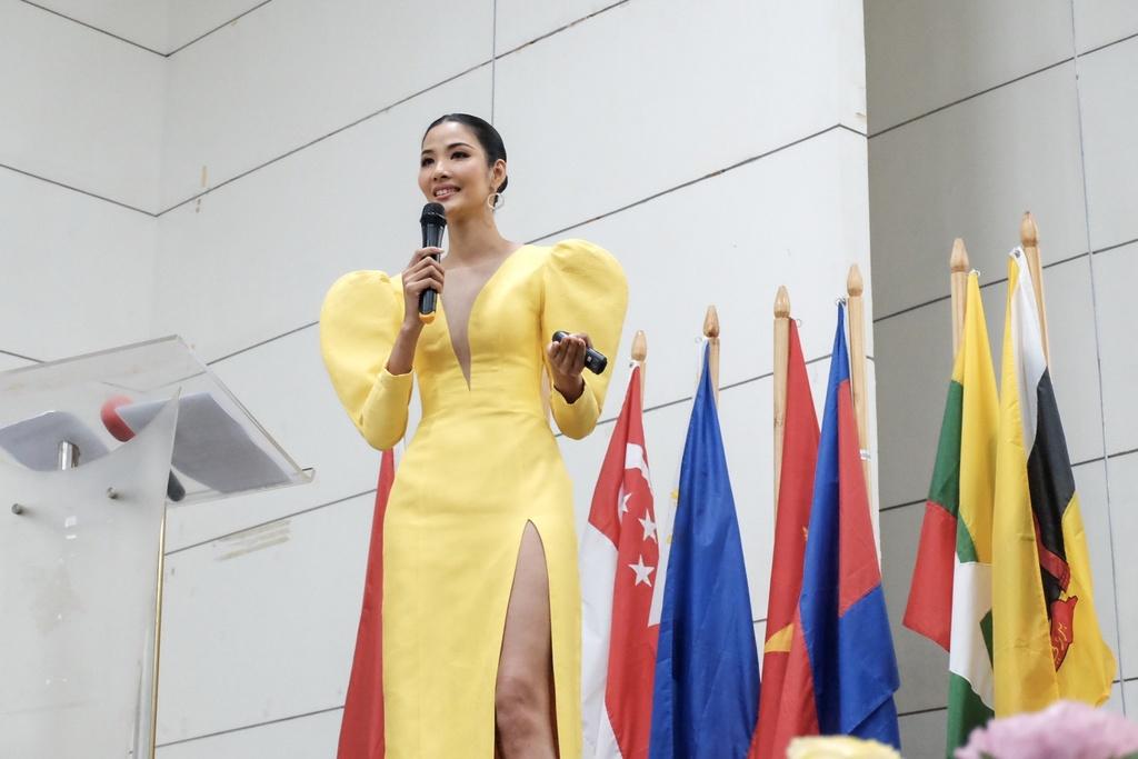 Hoang Thuy tu tin dien thuyet tieng Anh o Philippines du gay tranh cai hinh anh 2