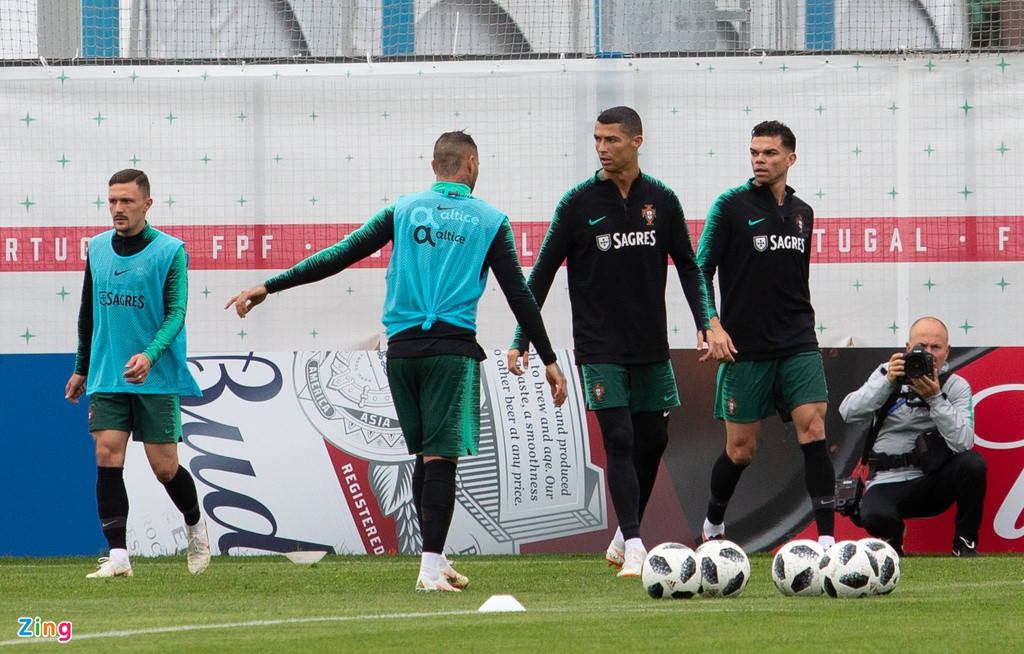 Ronaldo cung tuyen Bo Dao Nha ra san tap luyen tai Moscow hinh anh 1