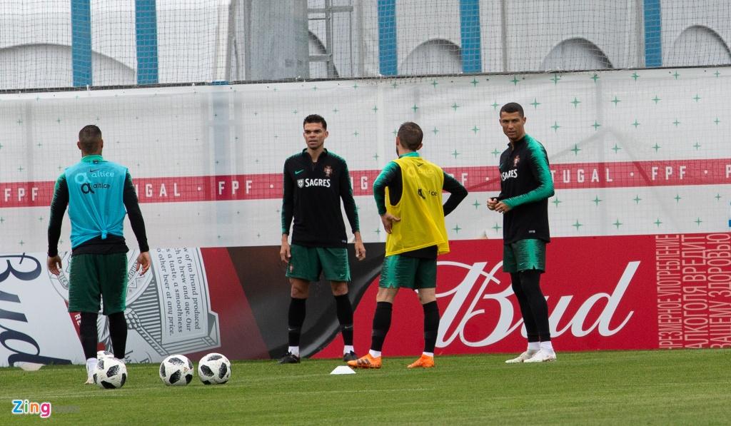Ronaldo cung tuyen Bo Dao Nha ra san tap luyen tai Moscow hinh anh 2