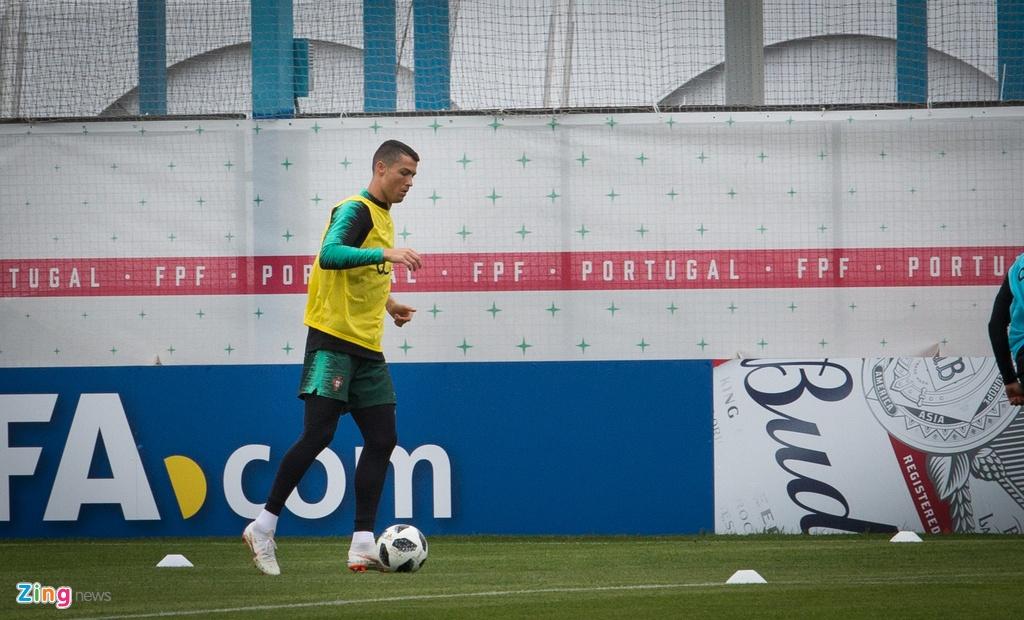 Ronaldo cung tuyen Bo Dao Nha ra san tap luyen tai Moscow hinh anh 5
