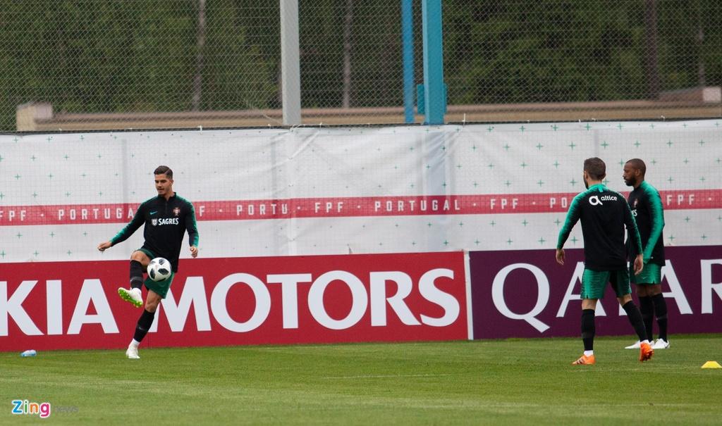 Ronaldo cung tuyen Bo Dao Nha ra san tap luyen tai Moscow hinh anh 9