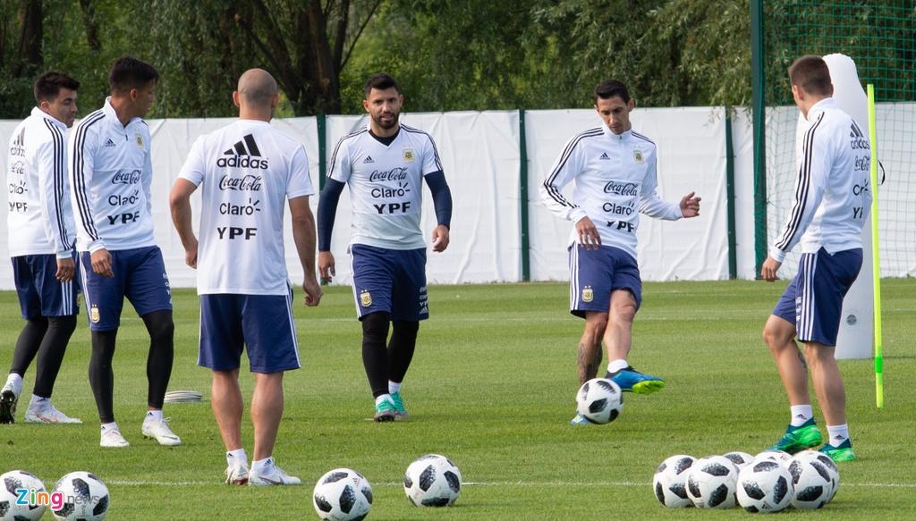 Hang nghin nguoi xem Messi cung tuyen Argentina tap luyen hinh anh 11