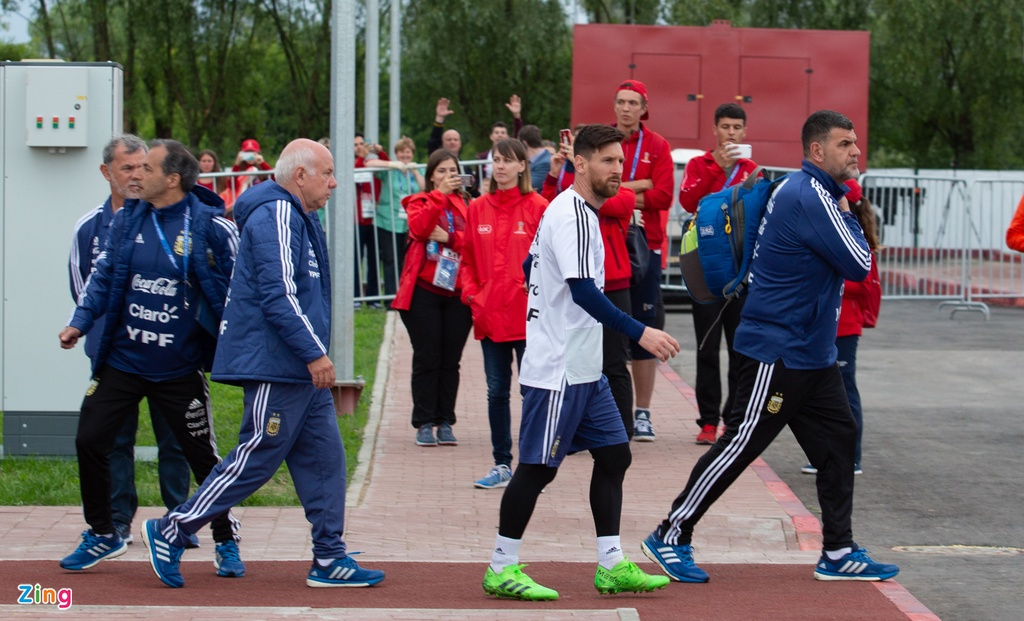 Hang nghin nguoi xem Messi cung tuyen Argentina tap luyen hinh anh 5