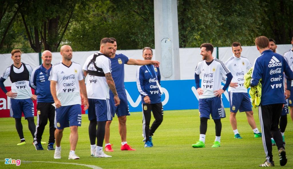 Hang nghin nguoi xem Messi cung tuyen Argentina tap luyen hinh anh 8