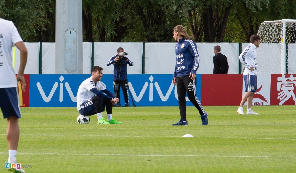 Hang nghin nguoi xem Messi cung tuyen Argentina tap luyen hinh anh 9