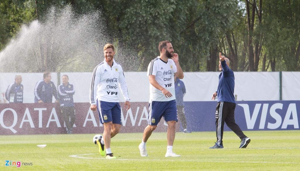 Hang nghin nguoi xem Messi cung tuyen Argentina tap luyen hinh anh 10